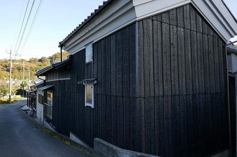 Kura in campagna ricoperto di assi di legno con superficie carbonizzata per protezione da fuoco e intemperie