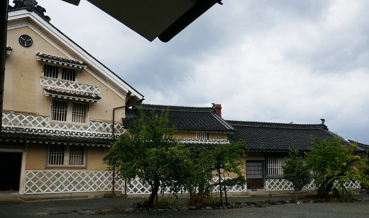 Retro della casa Kamihaga produttore di cera con muri gialli e namako