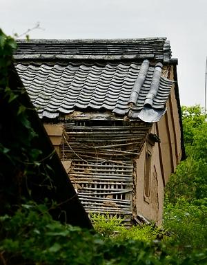 Kura in rovina mostra la struttura architettonica di terra e bambù