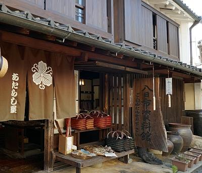 negozio tipico del Giappone con noren all'entrata e prodotti artigianali esposti