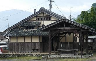 Pozzo e edificio in legno per produzione della cera a Uchiko
