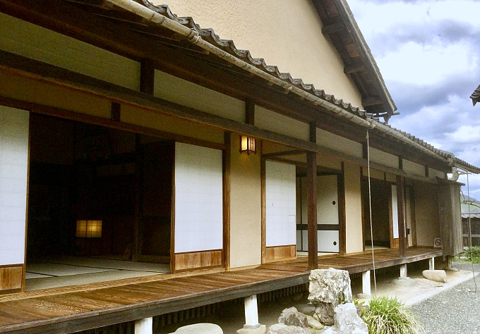 casa samurai a un piano con shōji e engawa