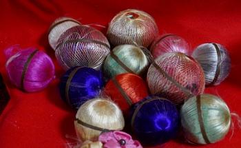 Temari artigianali vintage fatte di seta multicolore