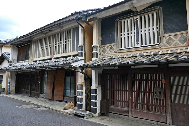 case tipiche del Giappone a due piani con koshi, namako e mushikomado