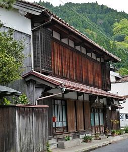Casa giapponese con amado chiusi al secondo piano e semi aperti al primo
