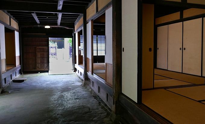 Casa tradizionale giapponese con doma e zona abitativa in posizione elevata