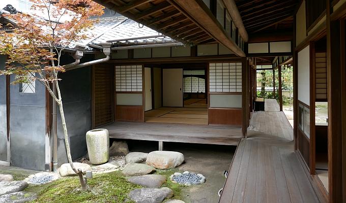 casa tradizionale del Giappone con engawa e tsuboniwa