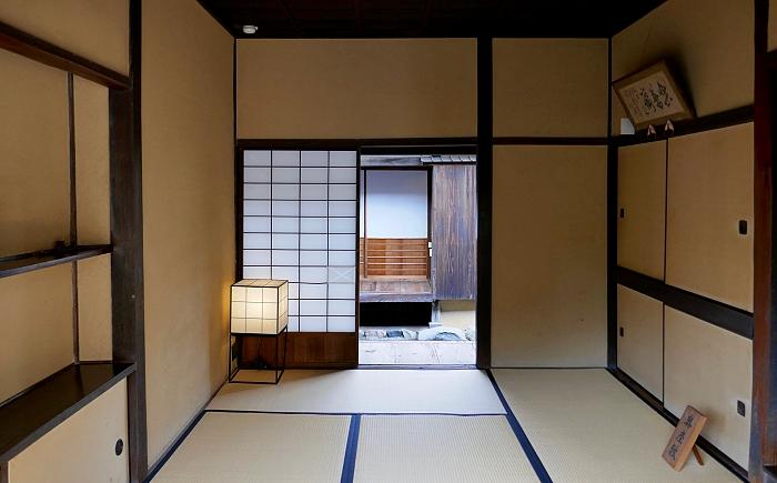 Interno  della casa del samurai con tatami, shōji e andon