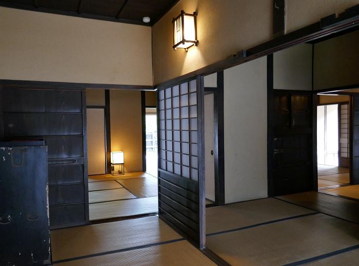 interno della residenza di un samurai con andon accesi