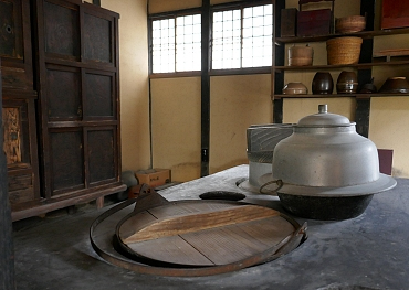 kamado, kama e mobili della cucina del samurai
