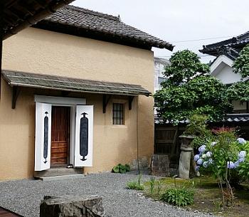 kura in terra con porta intonacata e giardino a Katsuyama