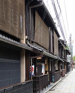 Case con sudare in una strada del quartiere Gyon a Kyoto