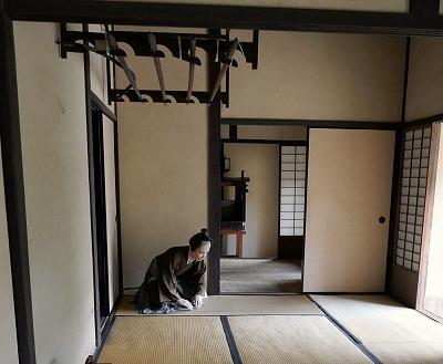 entrata della casa del samurai con tatami e rastrelliera per katana