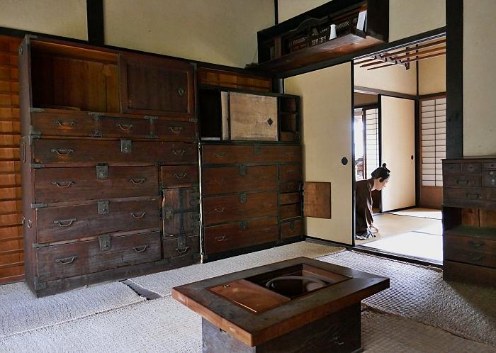 Stanza privata della casa del Samurai con mobili, braciere e mushiro