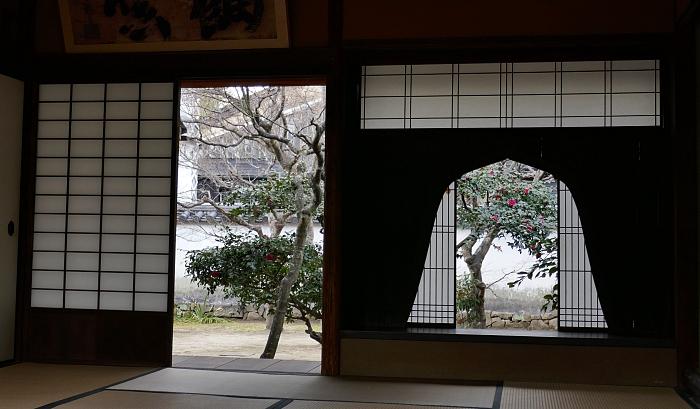Finestre con shōji in controluce in una casa tradizionale di un samurai del Giappone