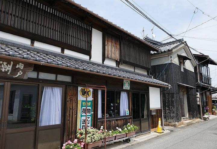 Negozio retrò e kura sulla strada di Ushimado
