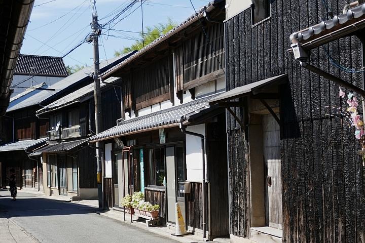 Strada centrale di Ushimado e case scure con yakusugi ban