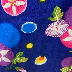 stoffa con disegnate asagao e lucciole a colori vivaci e sfondo blu