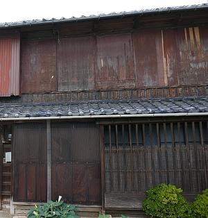 Casa giapponese con amado chiuse