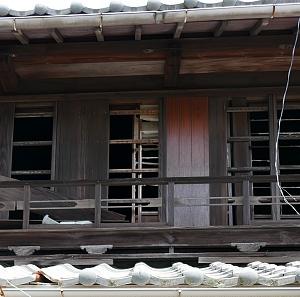 Shoji strappati e finestre aperte in una casa disabitata