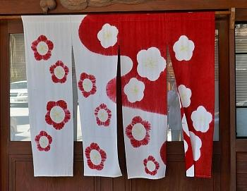 noren bianco e rosso con fiori di pruno e prsco