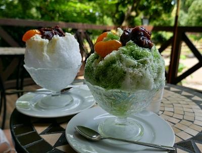 Coppe con ghiaccio tritato frutta e sciroppo verde e bianco