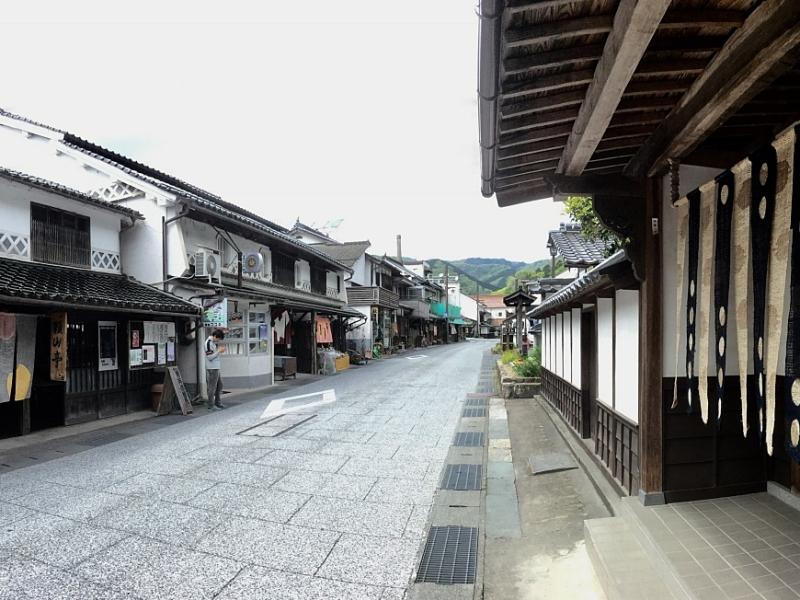 Strada di Katsuyama con case tradizionali e noren