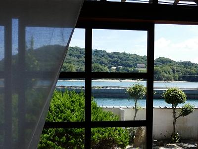 Isola verde e mare blu dalla finestra di ochaya