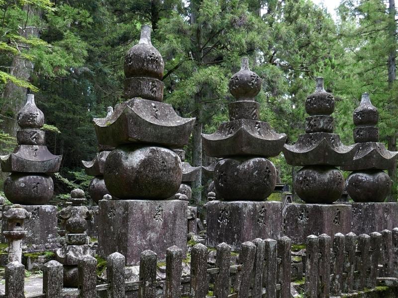 Stupa a cinque elementi in fila fra i pini del monte Koya
