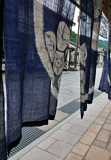 Noren giapponese azzurro visto in trasparenza