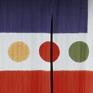 tre cerchi giallo rosso verde in mezzo a due strisce blu e rossa