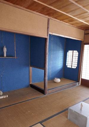 Interno casa tradizionale con alcova e tikonoma blu e tatami e muri marroni