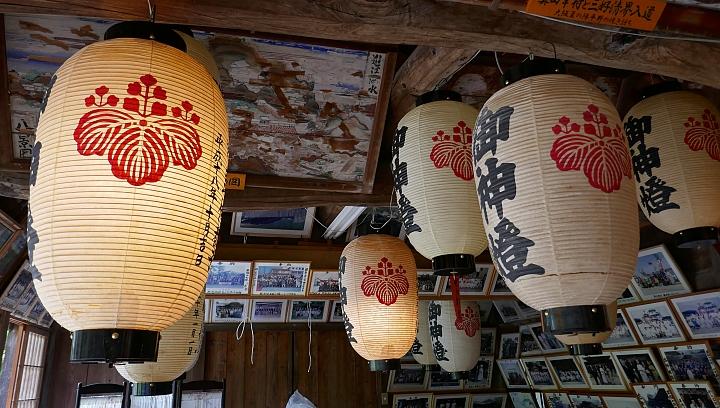 Lanterne di carta e vecchie tavole votive in legno al tempio di Ushimado