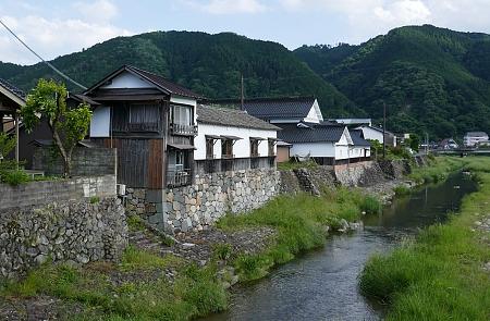case su argine di pietra e fiume