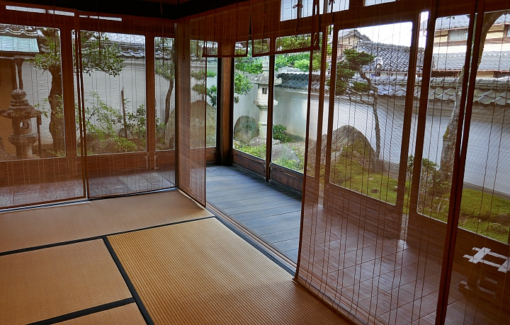 stanza con tatami divisa dall' engawa attraverso cortine di bambù