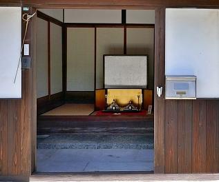 Casa antica e Hina davanti a paravento in oro all'entrata