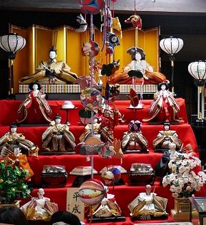 scala rossa con bambole hina