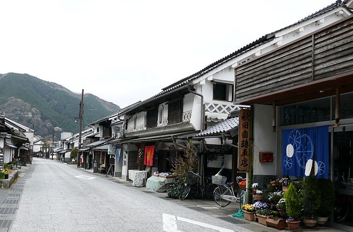 strada con case tradizionali del Giappone e noren