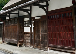 casa con alle finestre liste di legno chiamati koshi