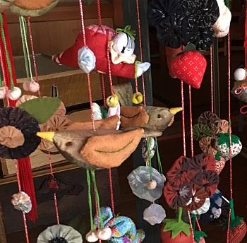 Uccelli, bambini e fiori di stoffa